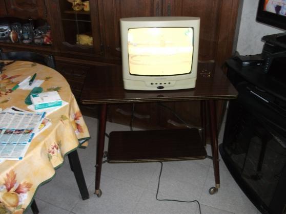 TV couleur 36cm + son meuble à roulettes - Photo 2