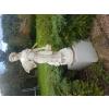Statue en pierre sur socle en marbre